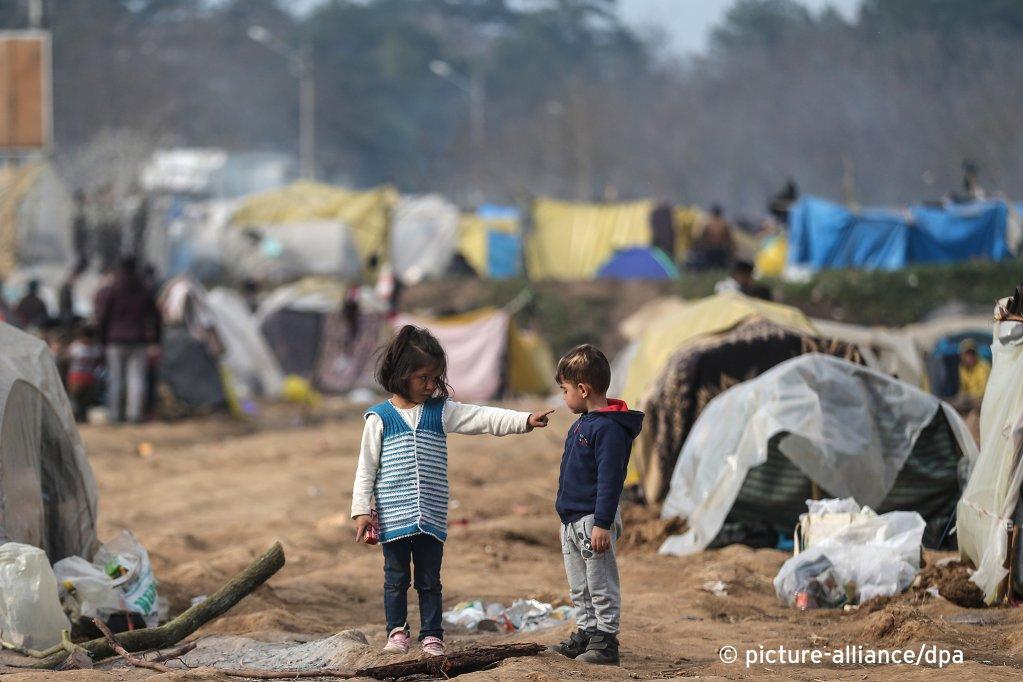 أطفال لاجئون في مخيم اللجوء في ليسبوس