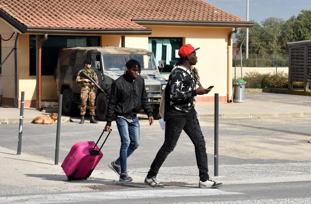 ANSA / مهاجرون من مركز كارا دي مينيتو السابق بالقرب من كاتانيا. المصدر: أنسا/ أورييتا سكاردينو.
