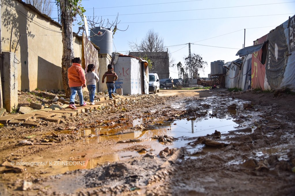 أحدى الطرقات الرابطة المخيمات بعضها ببعض بمياهها الموحلة وحفرها الخطرة.