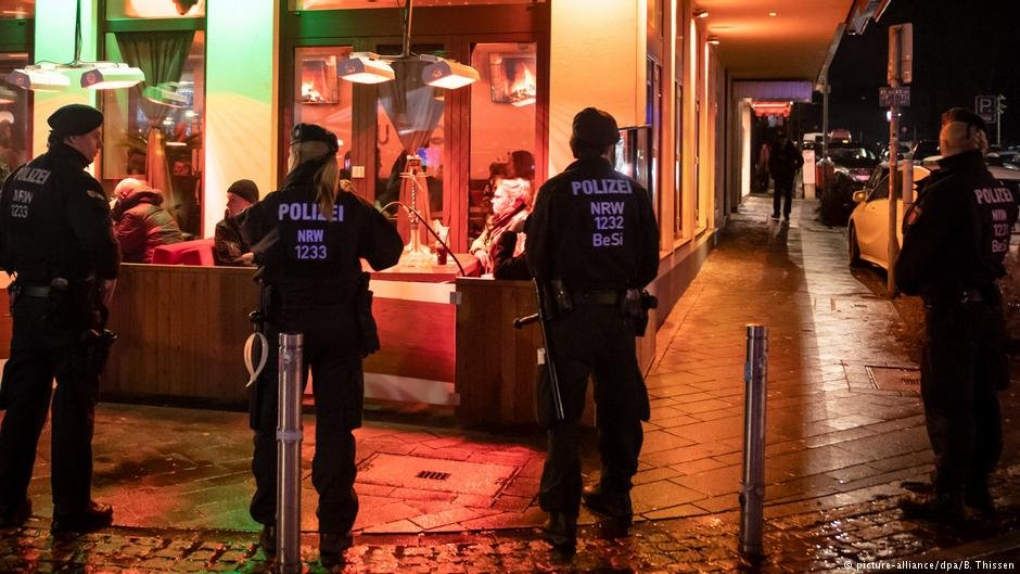 Police outside a shisha bar in Bochum | Photo: Picture-alliance/dpa/B.Thissen
