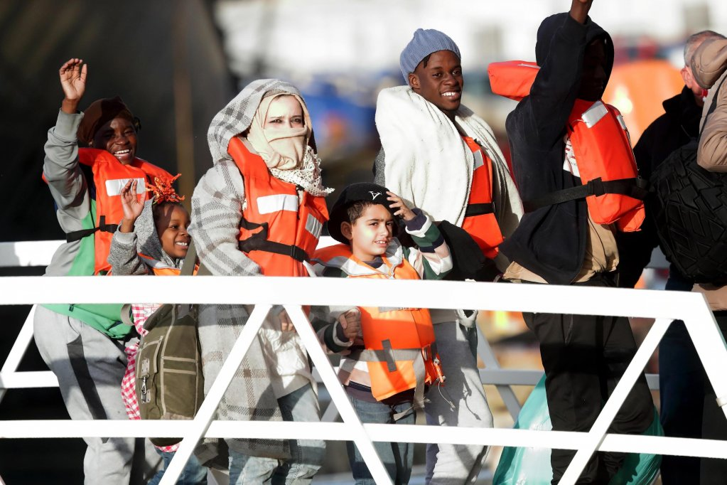 "ANSA / المهاجرون الذين تقطعت بهم السبل لعدة أيام بالقرب من سواحل مالطا يهبطون من سفينة ""بي 25"" التابعة للقوات المالطية في قاعدة بحرية. المصدر: إي بي إيه/ دومينك أكويلينا."