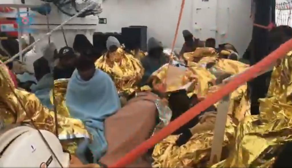 Les migrants se protègent du froid avec des couvertures de survie. Crédit : Sea-Eye