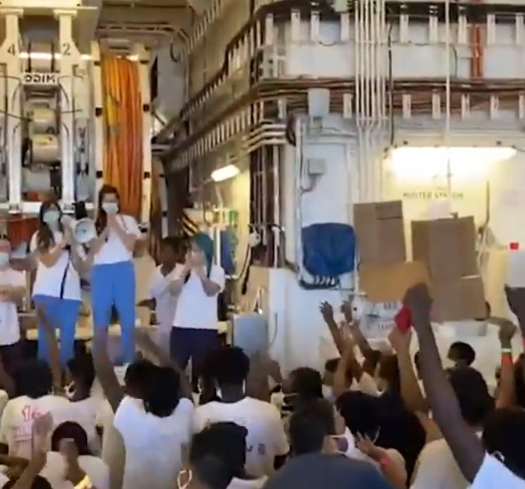 صورة ملتقطة من فيديو لمهاجرين على متن سفينة جيو بارنتس التي أنقذتهم في شهر حزيران/يونيو الجاري. تويتر msf sea