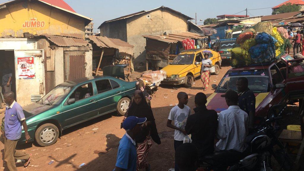 La gare routière de Mamou est l'un des principaux points de départ de la ville. Les jeunes y montent dans des taxis pour se diriger vers la frontière malienne. Crédit : Julia Dumont