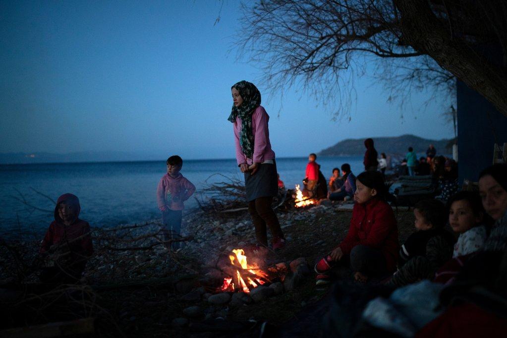 Des migrant se réchauffent près du village de Skala Sikamias, sur l'île de Lesbos, lundi 2 mars. Photo : Reuters