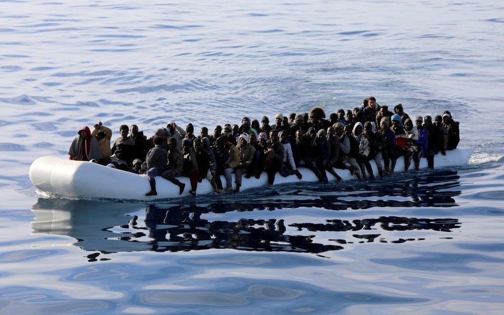 REUTERS/Hani Amara/File Photo |Des migrants sont repérés dans un canot pneumatique et secourus par les gardes-côtes libyens dans la mer Méditerranée au large de la Libye, le 15 janvier 2018.