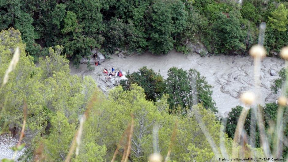 عکس از آرشیف دویچه وله/ واژگون شدن یک موتر مسافربری به داخل رودخانه