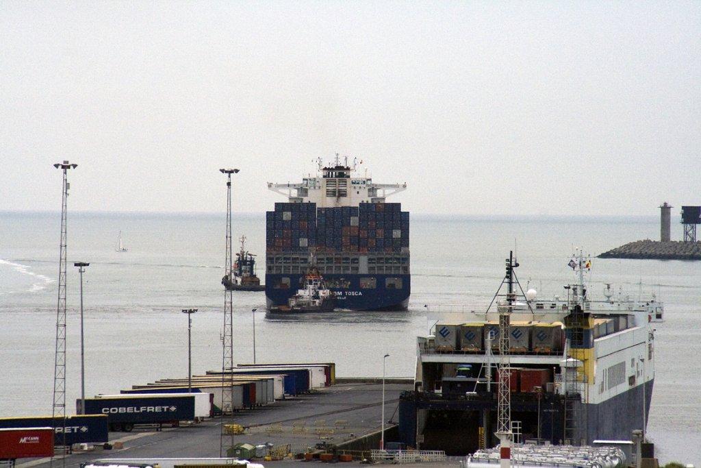 یک کشتی باربری در حال حرکت از بندر زیبروک در بلژیک. عکس از ویکی پیدیا