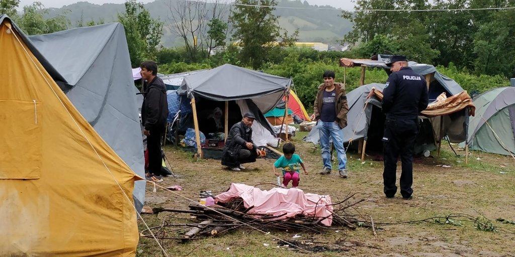یو بوسنیایی سرتېری د کډوالو په یو کمپ کې ګرځي. کرېډېټ: کډوال نیوز