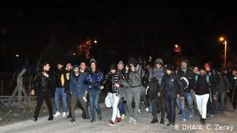 مجموعة لاجئين في طريقهم إلى الحدود التركية مع اليونان وبلغاريا