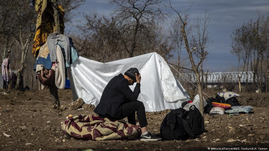 لاجئ جالس قرب نهر إفروس الفاصل بين اليونان وتركيا أصيب بخيبة أمل بعد اعتقاده أن الحدود مفتوحة