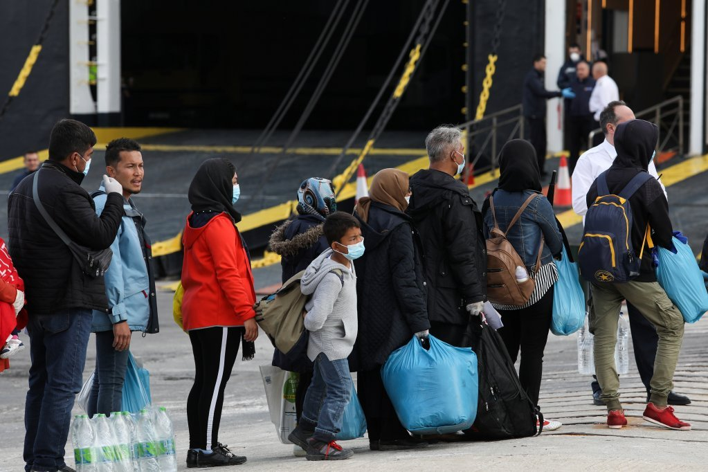 عکس آرشیف: انتقال گروهی از مهاجران از جزیره لیسبوس به  مراکز قاره ای مهاجران  در یونانو عکس از رویترز