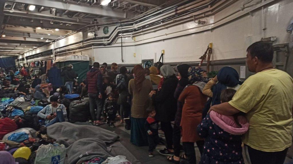 کشتی که ده ها پناهجو در آن نگهداری میشدند.