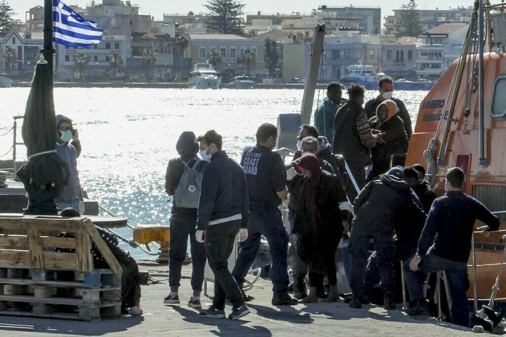 AFP - DIMITRIS VOUCHOURIS  Le 26 octobre 2021, les garde-côtes grecs ont déclaré avoir secouru 20 personnes d'un bateau de migrants qui a coulé dans la mer Égée. Quatre enfants sont morts noyés et une personne est portée disparue.