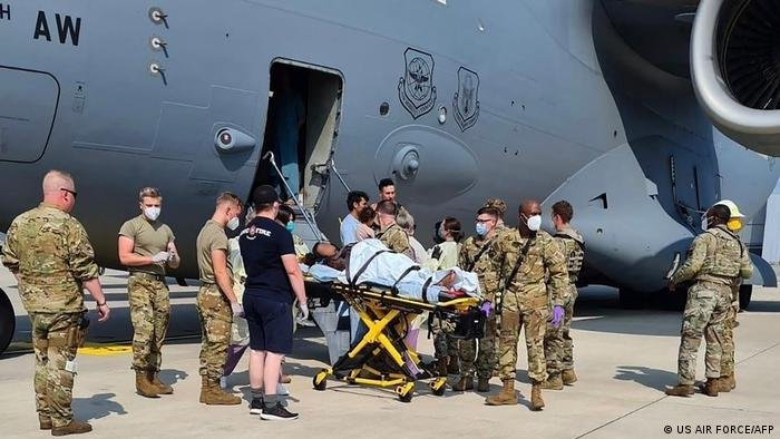 صورة من الارشيف لأفغانية وضعت مولودتها وهي في طائرة إجلاء أمريكية كانت متوجهة إلى قاعدة رامشتاين في ألمانيا