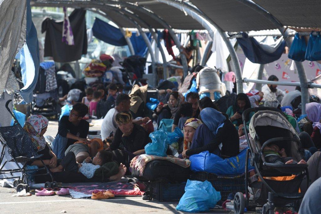 حدود ۱۲۰۰۰ مهاجر ساکن کمپ موریا، بعد از آتش سوزی در امتداد جاده میتیلین در لیسبوس زندگی میکنند. عکس از مهدی شبیل/ مهاجر نیوز