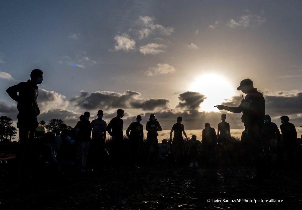 بعض المهاجرين المغاربة  بعد وصولهم إلى ساحل جزيرة الكناري ، عبور المحيط الأطلسي الإبحار على متن قارب خشبي يوم الجمعة ، 16 أكتوبر ، 2020. المهاجرون وطالبو اللجوء يعبرون بشكل متزايد الجزء الغادر من المحيط الأطلسي للوصول إلى جزر الكناري ، الأرخبيل الإسباني بالقرب من غرب إفريقيا ، في ما أصبح أحد أخطر طرق الهجرة إلى الأراضي الأوروبية.)