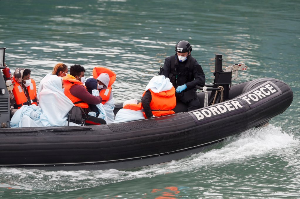 مهاجران سوار بر قایق در کانال مانش توسط نیروهای انگلیسی گرفتار می شوند. عکس: رویترز