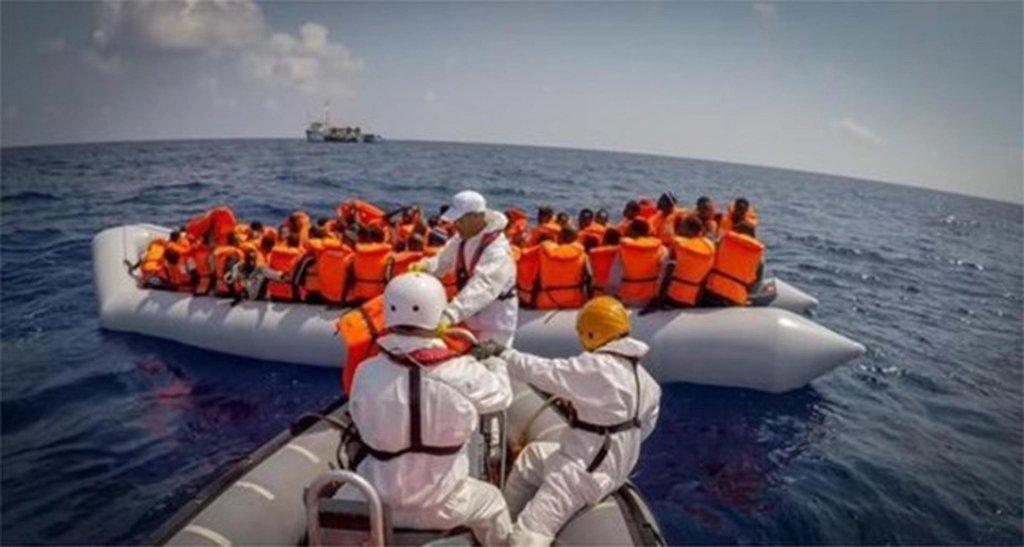 "ansa / عملية إنقاذ للمهاجرين بالقرب من الساحل الإسباني. المصدر: منظمة ""أطباء بلا حدود""."