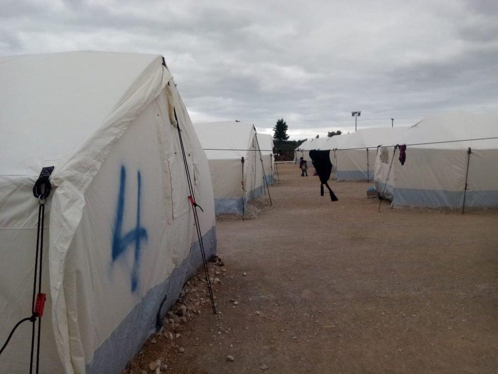 حکومت یونان روز ۱۵ مارچ ۴۳۶ مهاجر تازه وارد را به یک کمپ تازه ایجاد شده و بسته در مالاکاسا انتقال داد تا بعدتر آنها را اخراج کند. عکس DR