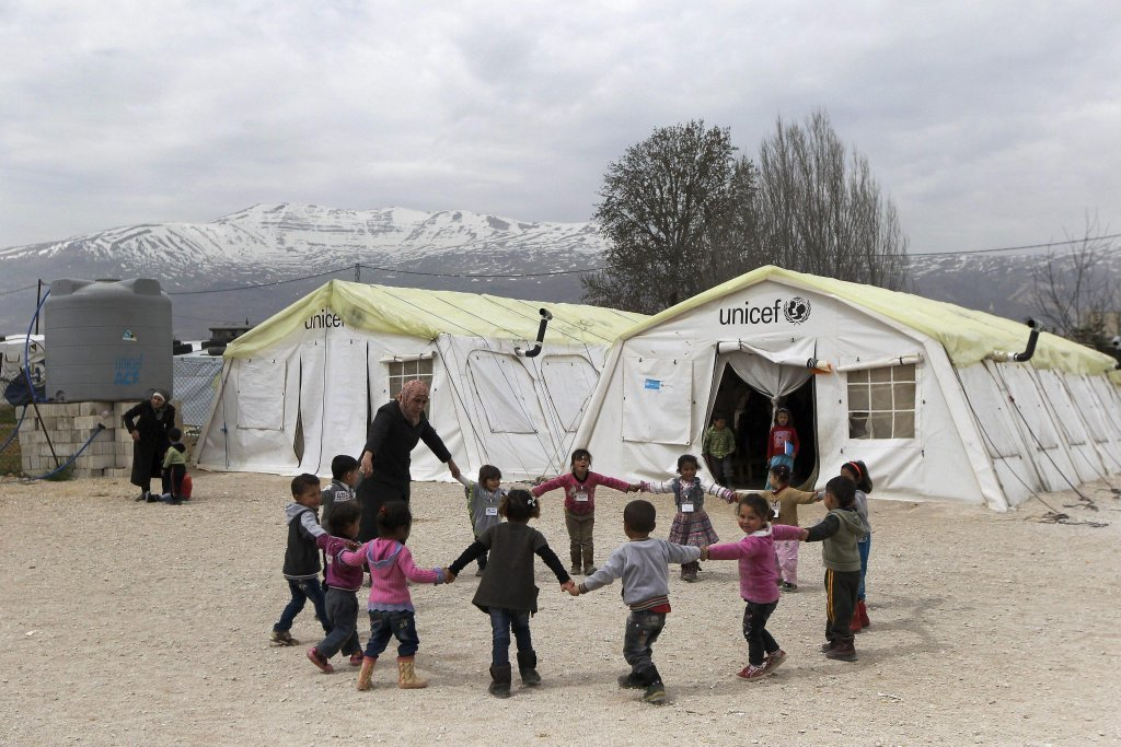 Des enfants jouent devant un camp de l'Unicef au Liban. Crédit : Ansa