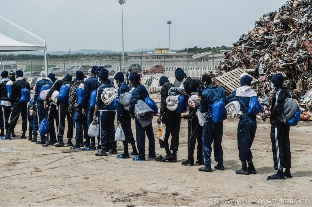 هبوط مهاجرين في صقلية بعد أن قامت سفينة أوشن فايكنغ بإنقاذهم في أول أيار/ مايو الحالي. المصدر: منظمة أس أو أس ميديتراني إيطاليا.
