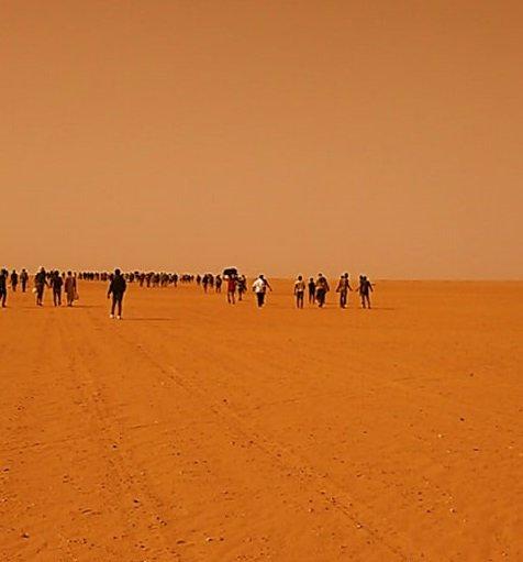 Des migrants dans le désert algérien. crédit : InfoMigrants