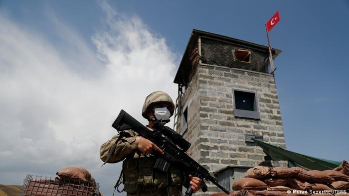برج نظارتی ترکیه در امتداد مرز. عکس: رویترز