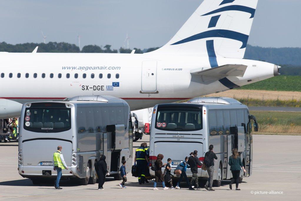 وصول دفعة جديدة من اللاجئين القصر من مخيمات الجزر اليونانية إلى مطار كاسل في ألمانيا