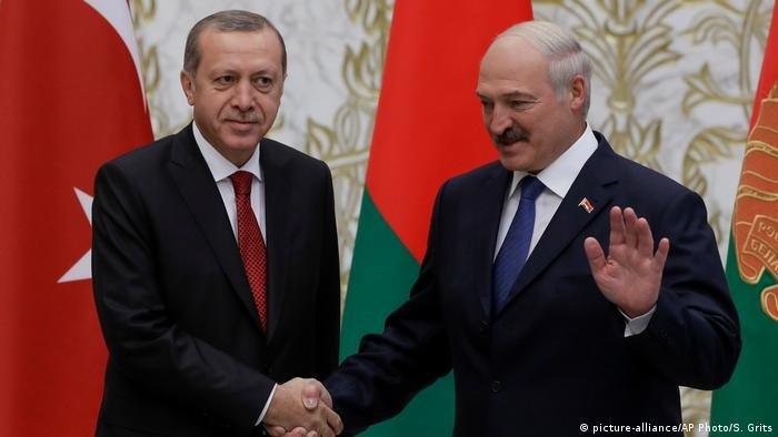 الرئيس البيلاروسي ألكسندر لوكاشينكو يسير على خطى نظيره التركي رجب طيب أردوغان في تهديد أوروبا بورقة اللجوء!