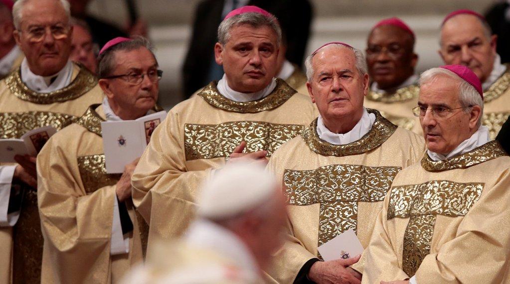 """Msg Konrad Krajewski, le cardinal italien, surnommé le """"Robin des bois du Vatican"""", au centre de la photo. Crédit : Reuters"""
