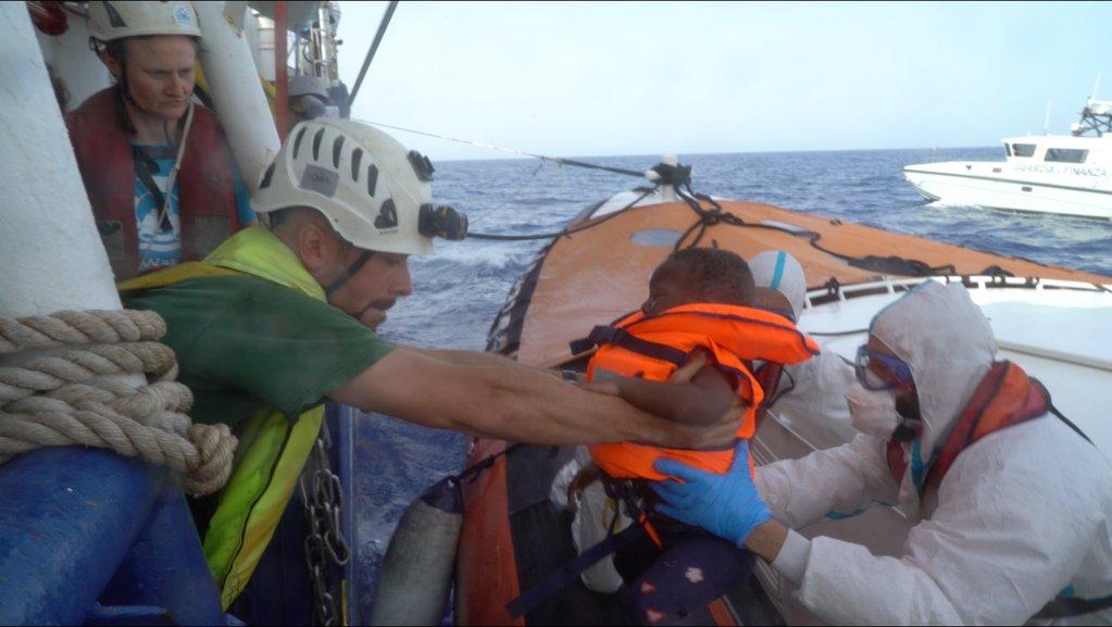 سي واچ کښتۍ کې ځینې سپاره کډوال ایټالیا کې د ښکته کېدو اجازه ترلاسه کړه. کرېډېټ: سي واچ @seawatch_intl