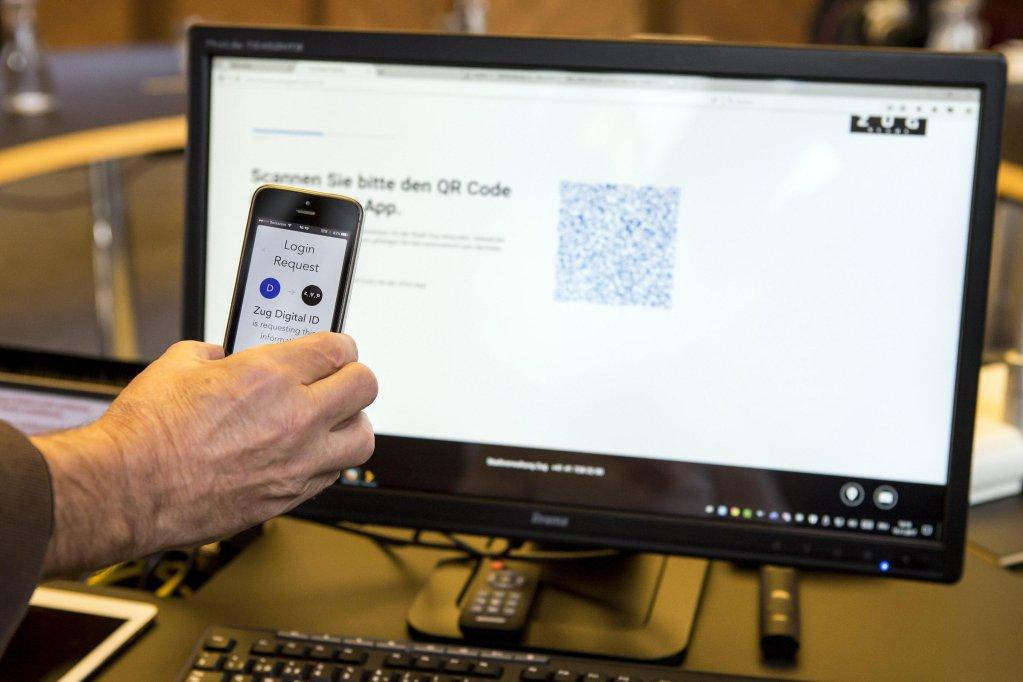 """ansa / عرض لبطاقة هوية رقمية تم استخراجها من خلال نظام """"بلوكتشين"""". المصدر: صورة أرشيف/ """"إي بي إيه""""/ ألكسندر وي."""
