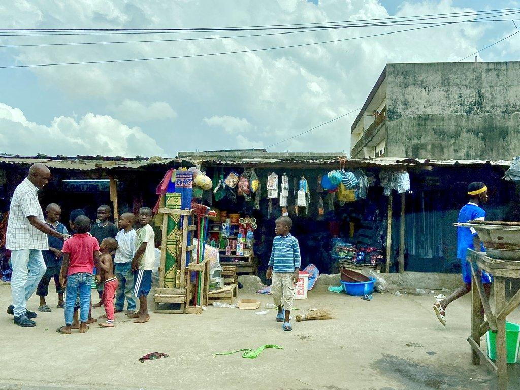 Des enfants dans une rue du quartier populaire d'Abobo dans le nord d'Abidjan, en Côte d'Ivoire. Crédit : Anne-Diandra Louarn / InfoMigrants