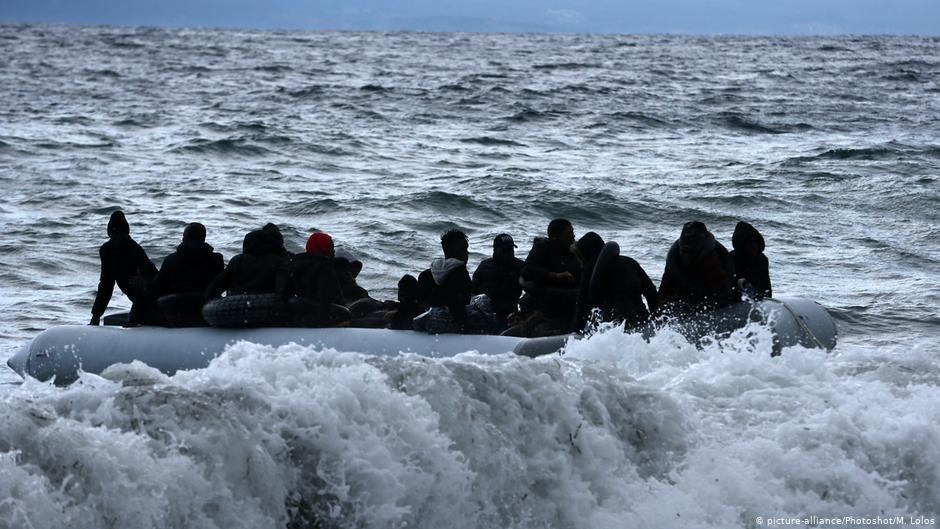 عکس از آرشیف دویچه وله/ گروهی از پناهجویان را در بحیره مدیترانه نشان میدهد