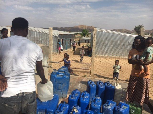 RFI/Léa-Lisa Westerhoff |Point de ravitaillement en eau pour les derniers arrivants dans le camp de réfugiés de Histats dans le nord-est de l'Éthiopie où vivent 15 000 Erythréens.