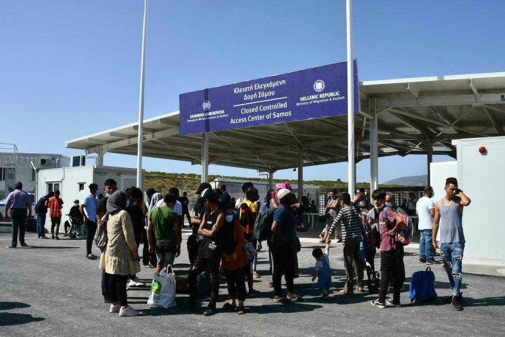 Des migrants attendent à l'extérieur du nouveau centre dans le village de Zervou sur l'île de Samos, en Grèce, le 20 septembre 2021. Crédit : AP
