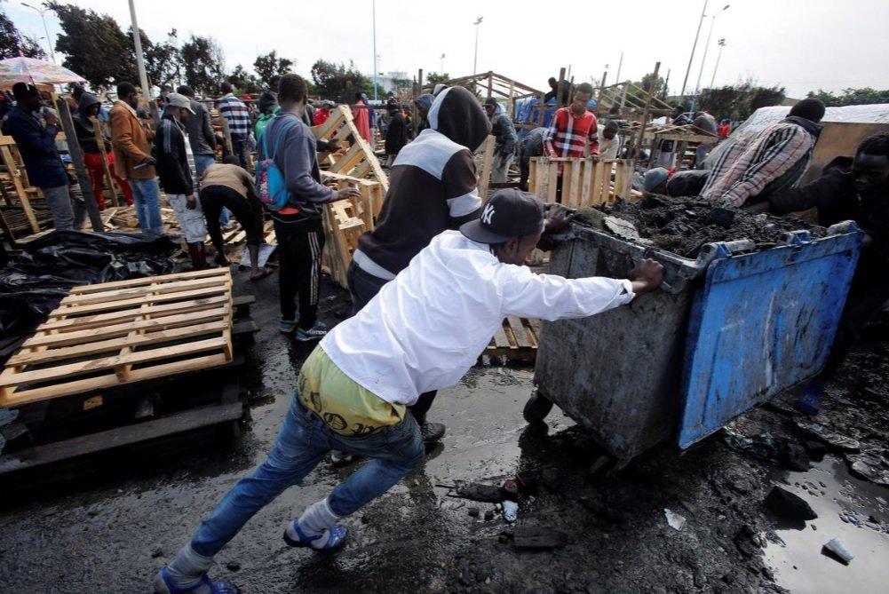 Des migrants nettoient et débarrassent le camp d'Oulad Ziane à Casablanca après un incendie en novembre 2018. Crédit : Reuters