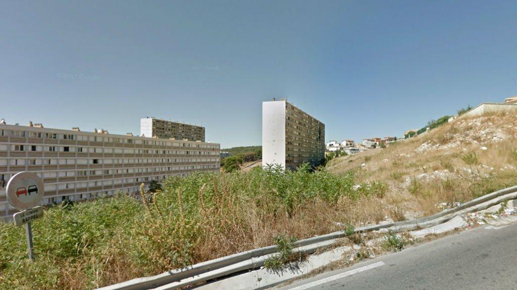 """La Tour H de la cité du Parc Kallisté doit être démolie """"en raison des fortes dégradations constatées par un expert judiciaire dans les parties communes et des risques importants induits pour les habitants"""", indique la préfecture. Crédits : Google Street View (août 2017)"""