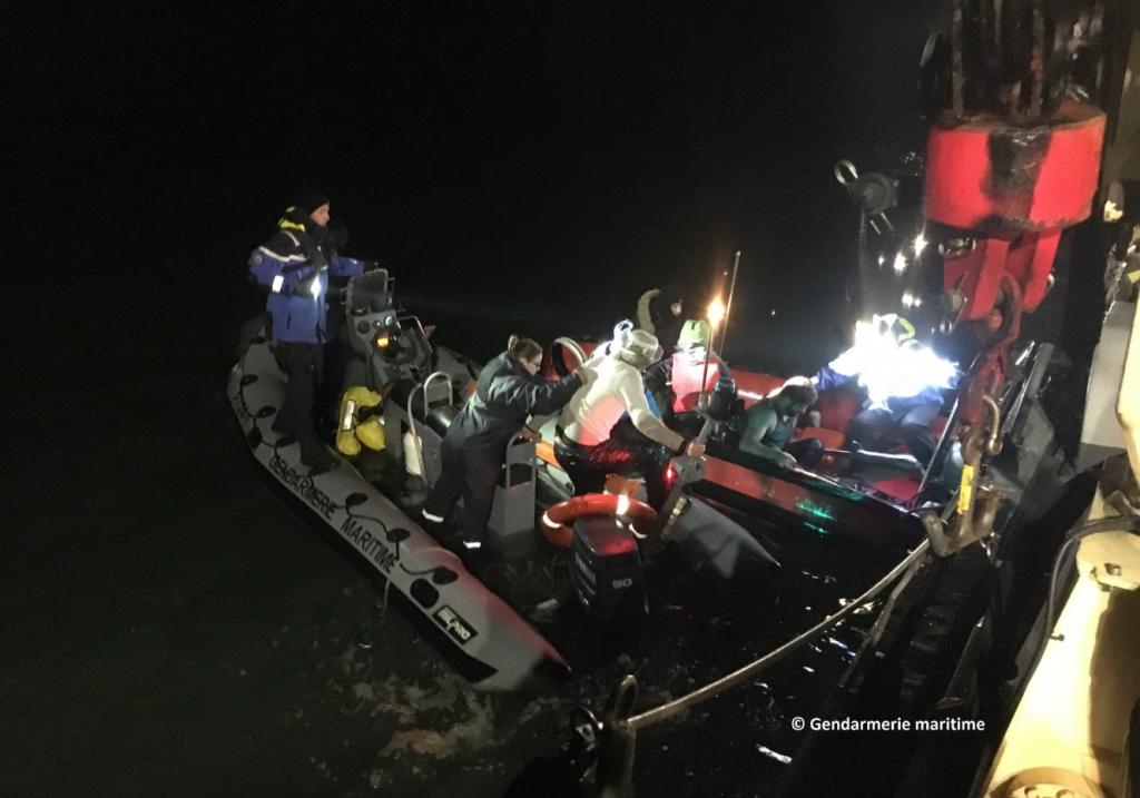نجات یک قایق کوچک در آبهای فرانسه  در منطقه کاله. عکس از: پلیس فرانسه.