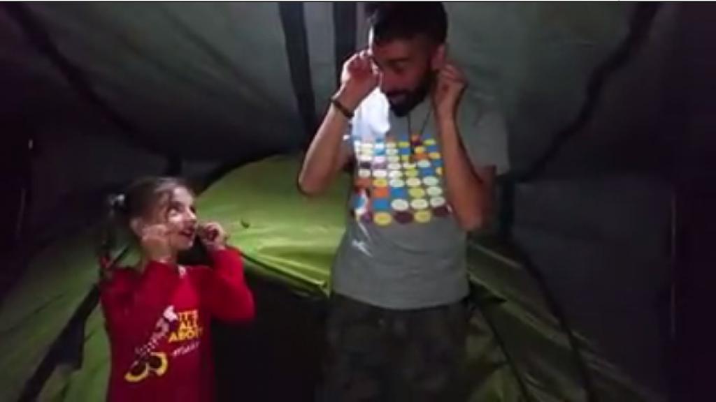 مراقبنا لاجئ في بلجيكا يعلم طفلة لاجئة أغنية باللغة الفلمندية (أو الفلمنكية). مخيم اللاجئين إيدوميني في اليونان بداية 2016.