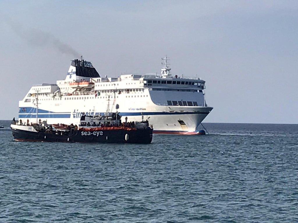 The Rubattino ship just prior to the transfer of migrants rescued at sea aboard the Alan Kurdi | Photo: ANSA/FRANCESCO NUCCIO