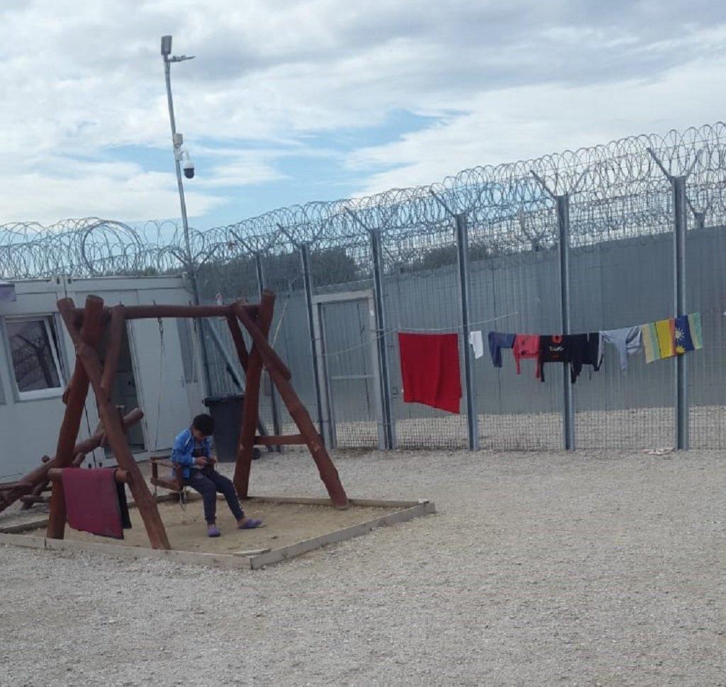 ساحة تبلغ مساحتها 150 مترا مربعا هي المتنفس الوحيد للمهاجرين في مخيم تومبا. الساحة محطة بسور حديدي وأسلاك شائكة وتخضع للمراقبة بواسطة كاميرات خاصة. الحقوق محفوظة