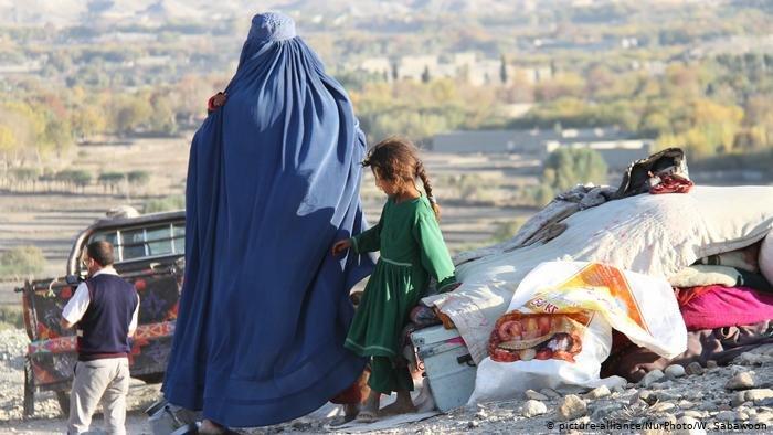 هلمند ولایت کې د طالبانو او افغان امنیتي ځواکونو ترمنځ جګړو زرګونه کورنۍ بې ځایه کړې دي. کرېډېت: پېکچر الاینز