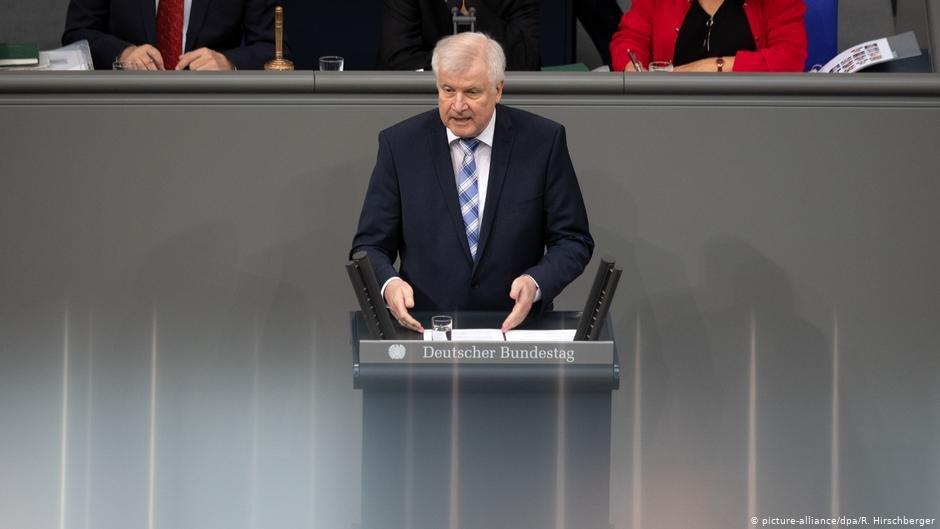 هورست زیهوفر، وزیر داخله فدرال آلمان در جریان سخنرانی در پارلمان این کشور.