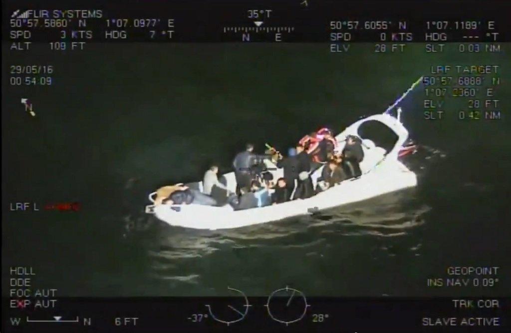 القارب الذي استخدم في تهريب المهاجرين من كاليه إلى بريطانيا قبيل غرقه. المصدر: فيديو أصدرته الوكالة الوطنية لمكافحة الجريمة في بريطانيا