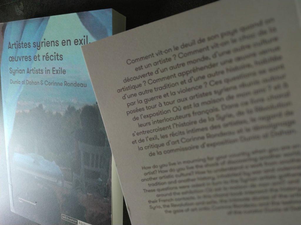 """صورة غلاف كتاب """"فنانون سوريون في المنفى، أعمالهم وحكاياتهم"""". المصدر: جمعية أبواب مفتوحة على الفن"""
