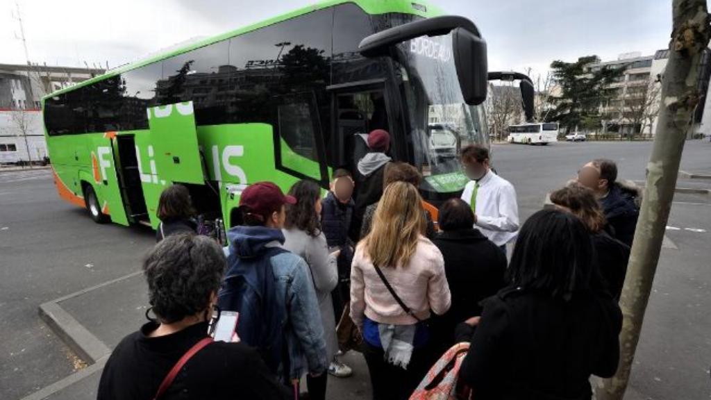 Des passagers montent à bord d'un FlixBus. Crédit : twitter.com/FlixBus_FR