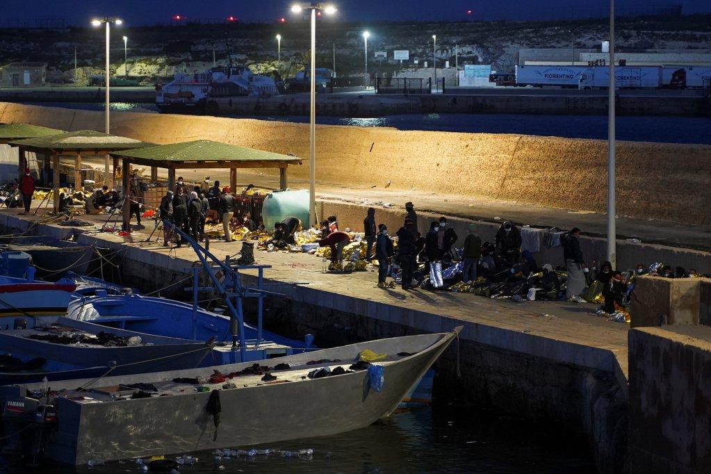 مهاجرون يفترشون رصيف الميناء بعد وصولهم إلى لامبيدوزا. المصدر: رويترز