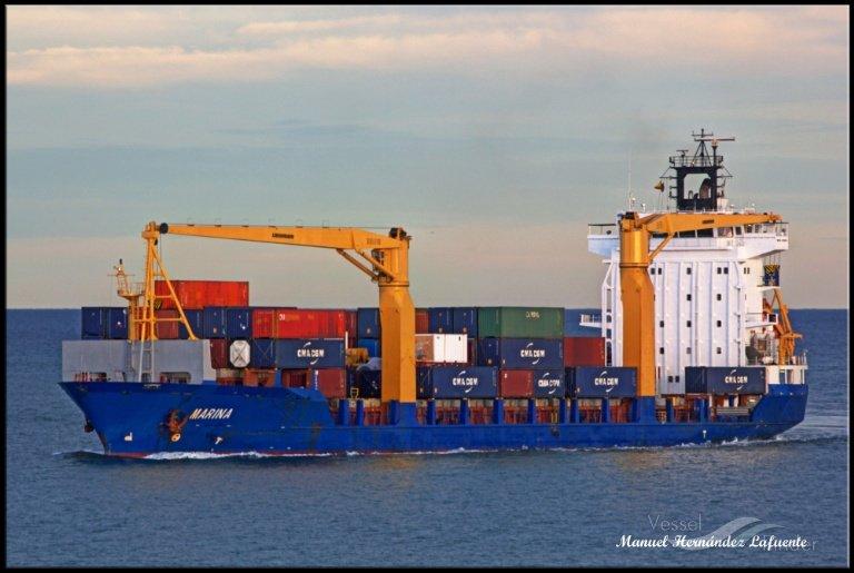 """سفينة """"مارينا"""" التجارية، والمتواجدة حالياً قبالة سواحل لامبيدوزا. المصدر/ فيسيل فايندر."""